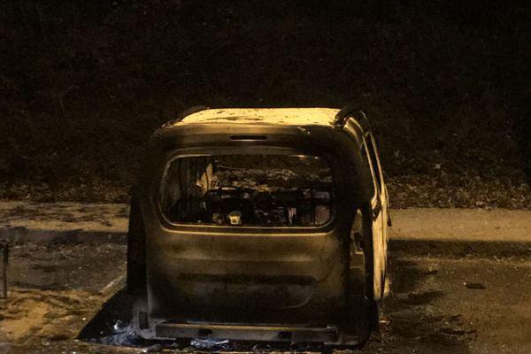 Plusieurs véhicules ont été incendiés hier soir dans le quartier des Grésilles à Dijon.