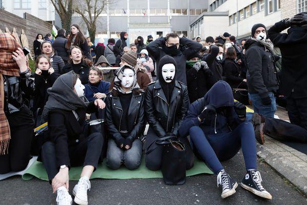 Le 3 février 2020, près de 200 personnes s'étaient rassemblées devant le lycée Desfontaines de Melle pour protester contre les E3C.