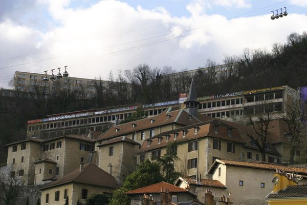 Un homme de 20 ans s'est blessé en chutant du toit de l'institut de géographie alpine à Grenoble.