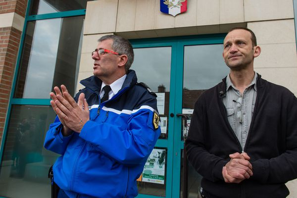 Marc Demeulemeester et le gendarme chargé de l'enquête en avril 2015.