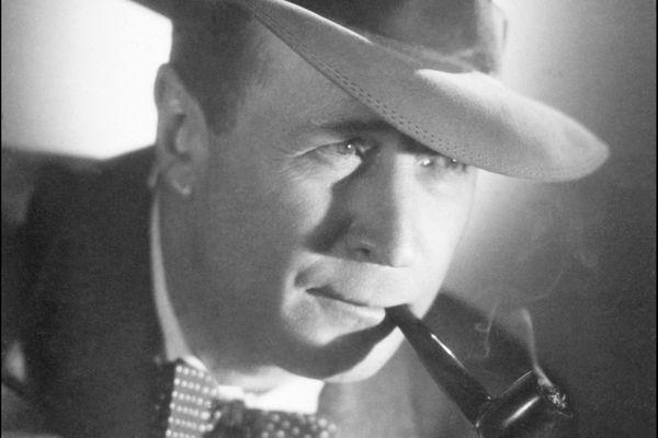 """Georges Simenon se retira à Concarneau à l'hiver 1930-1931. L'écrivain belge y passe trois mois. Ce séjour lui inspira deux enquêtes du commissaire Maigret : """"Le Chien jaune"""" et """"Les Demoiselles de Concarneau""""."""