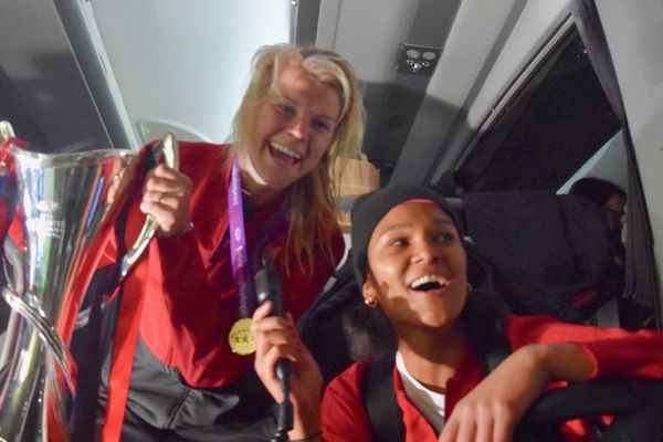 Ada Hegerberg porte la coupe et Wendie Renard au volant du bus de l'OL