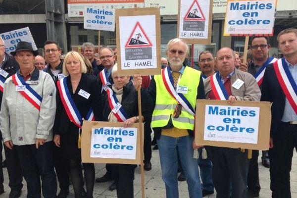 300 maires manifestent à Amiens contre la baisse des dotations d'Etat