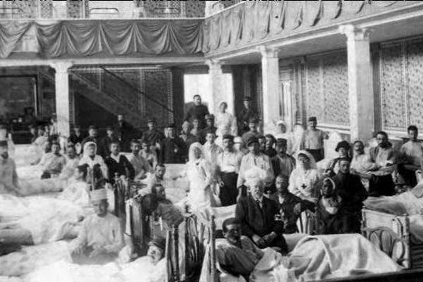 Situé à moins de trois heures des fronts de l'été 1914, les casinos et hôtels de Deauville et Trouville sont rapidement transformés en hôpitaux militaires