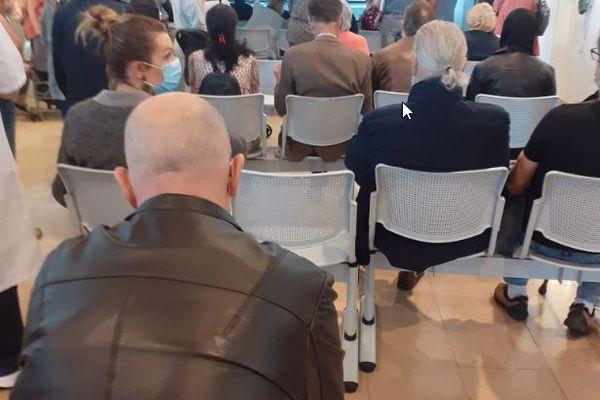 Plusieurs dizaines de personnes attendent dans le bureau des entrées de l'hôpital Jean-Minjoz, à Besançon