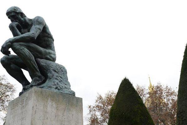 """La sculpture de bronze """"Le Penseur"""", d'Auguste Rodin (1840-1917), dans le jardin du musée Rodin, à Paris, en novembre 2015."""