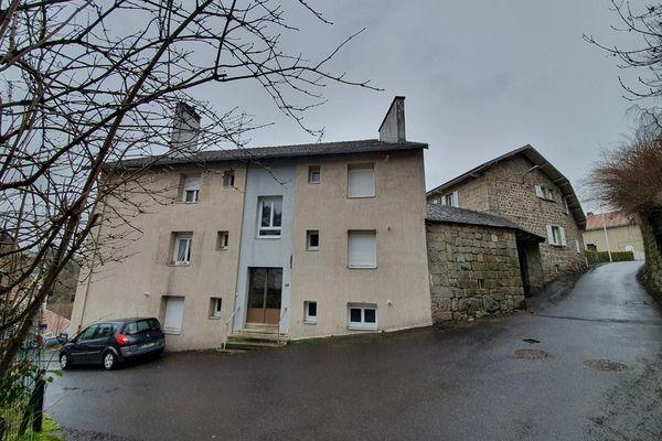 C'est dans un appartement de cet immeuble du Chambon-sur-Lignon (Haute-Loire) qu'un homme de 62 ans a été retrouvé mort samedi 30 janvier.