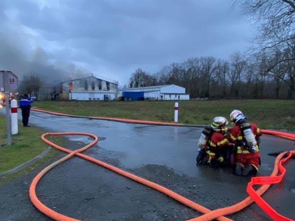 La soixantaine de pompiers sur place n'a pû empêcher la totalité de l'édifice de brûler.