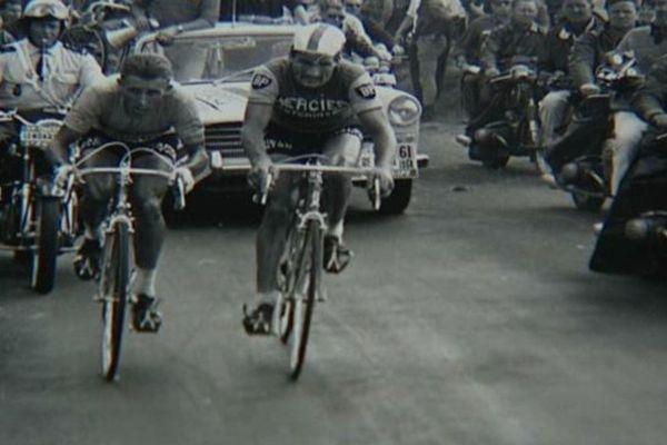 Anquetil et Poulidor au coude à coude sur les pentes du Puy de Dôme