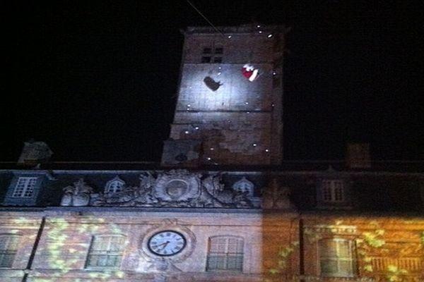 Depuis 1951, le Père Noël descend de la tour Philippe le Bon jusque dans la cour de l'hôtel de ville de Dijon située en contrebas.