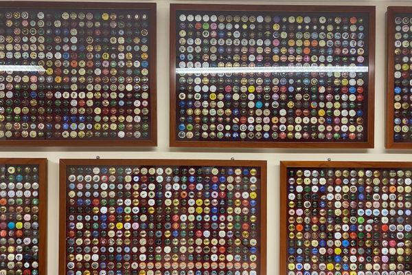 Des milliers de capsules sont fièrement accrochées aux murs