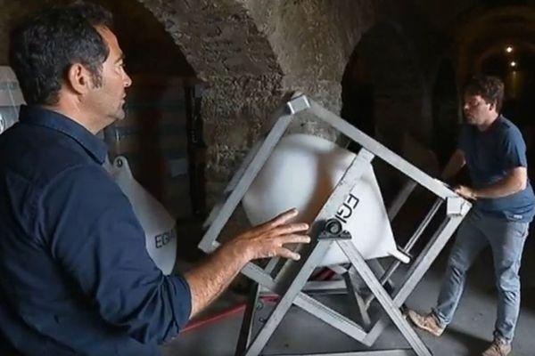 Emmanuel Poirmeur donne à son vin une saveur spéciale grâce à la vinification sous-marine.