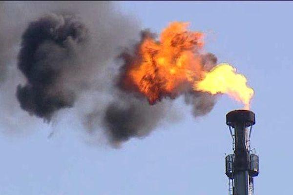 (image d'archive) - Torchère nord de la plateforme : des gaz pourront être brûlés. l'opération pouvant entraîner bruit et dégagement d'un panache de fumée...