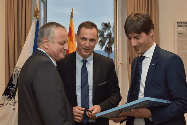Gilles Simeoni et Jordi Solé (à droite), lors du congrès annuel de l'Alliance libre européenne à Ajaccio, le 31 mars 2016.