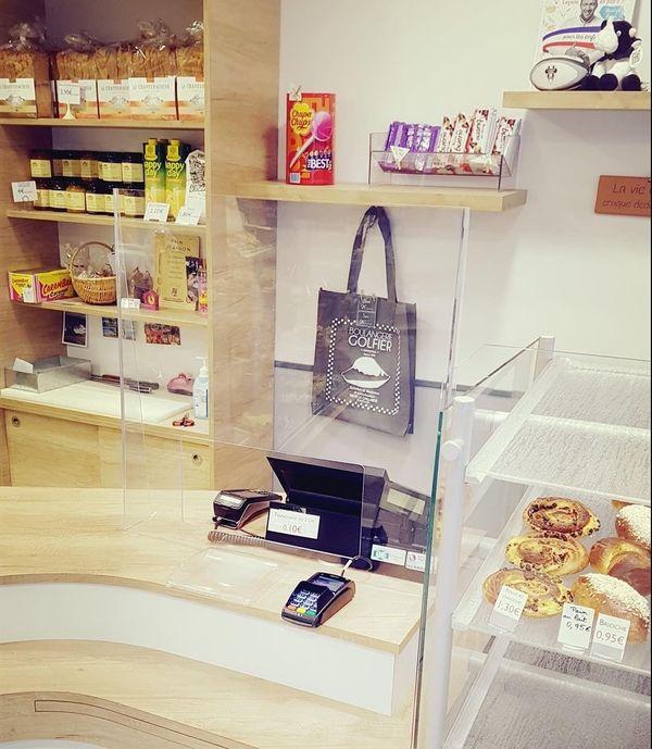 Des protections en plexiglas ont été installées à la caisse de la boulangerie Golfier.