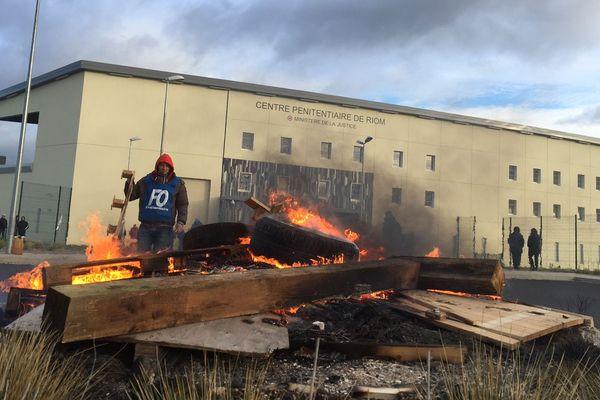 Des palettes et des pneus en feu pour bloquer l'accès au centre pénitentiaire de Riom dans le Puy-de-Dôme depuis 6 heures du matin.