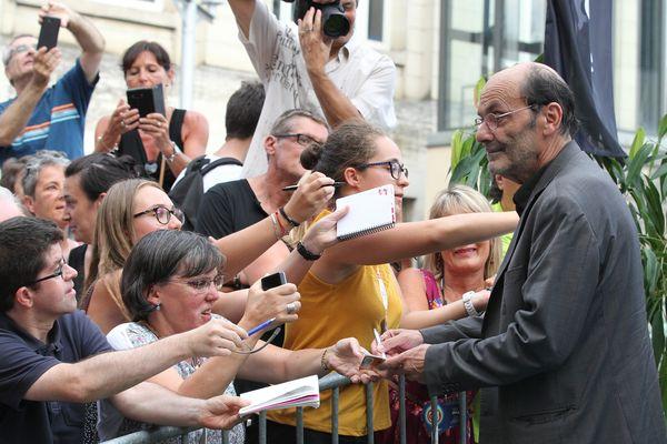Jean-Pierre Bacri prend le temps de quelques dédicaces auprès du public angoumousin