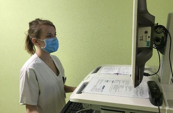 Un médecin oncologue pendant une téléconsultation