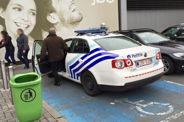 Le policier s'est garé sur une place pour handicapé, le temps d'aller chercher un sandwich