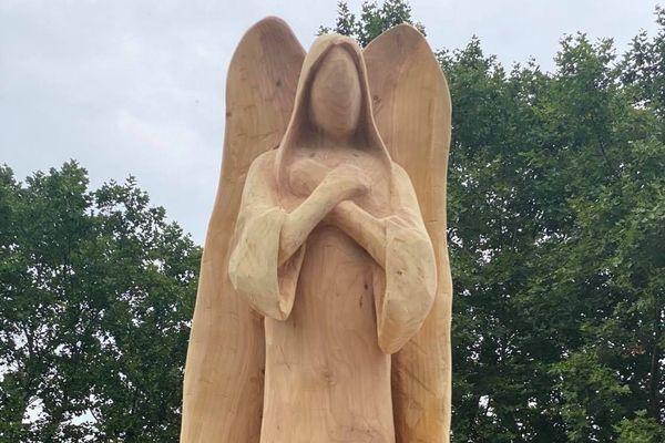 Le cèdre de plus de 25 mètres de haut a été abattu en début d'année. Son tronc a été sculpté en ange.