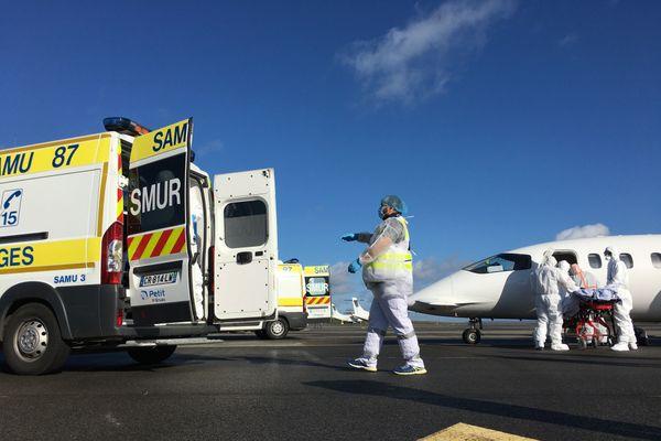 L'arrivée des patients ce midi à l'aéroport de Limoges.