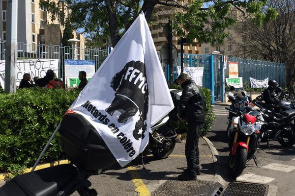 Les motards en colère rassemblés devant la préfecture de Haute-Corse à Bastia, le 16 avril 2016.