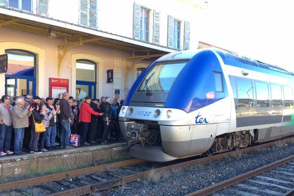 Plus de 200 personnes ont manifesté en gare de Langogne (Lozère) pour sauvegarder la ligne du Cévenol