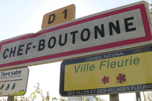 Chef-Boutonne est située dans le sud du département des Deux-Sèvres.