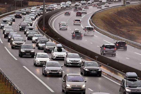 Un camion de marchandises s'est renversé sur l'autoroute A71, au niveau de Vallon-en-Sully, samedi 16 juin à 5h du matin.