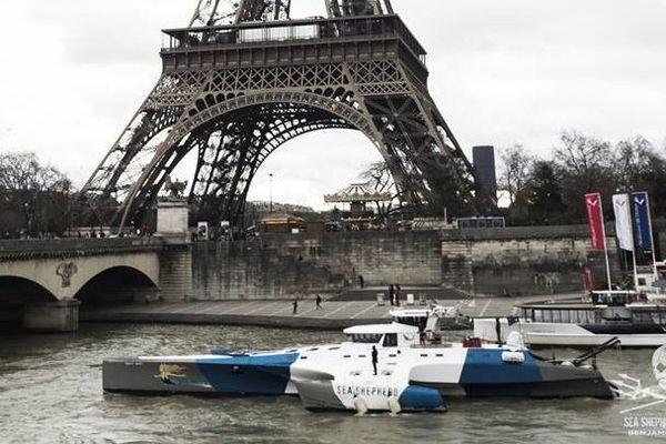 Le « Brigitte Bardot » est à quai, Port du Gros Caillou (Entre le Pont des Invalides et le Pont de l'Alma).