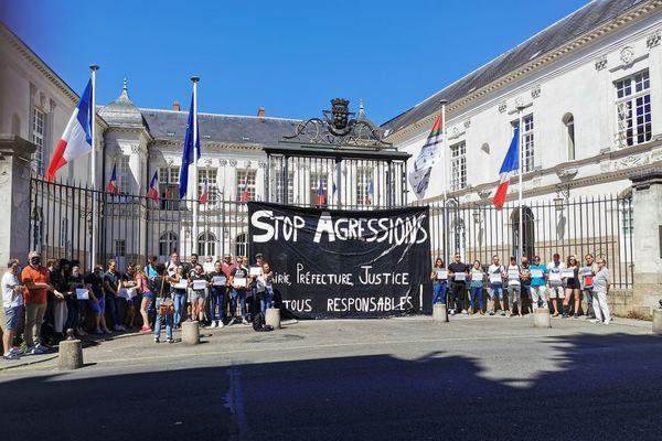 Jeudi, une soixantaine de personnes était rassemblée devant la mairie de Nantes pour dénoncer l'insécurité.