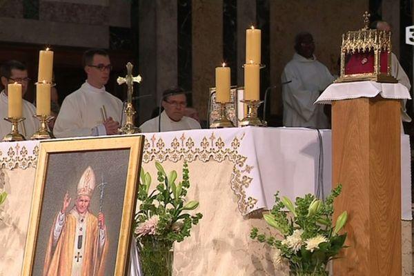 La relique, une goutte de sang du pape Jean-Paul II, a été remise à la basilique de Lisieux ce dimanche