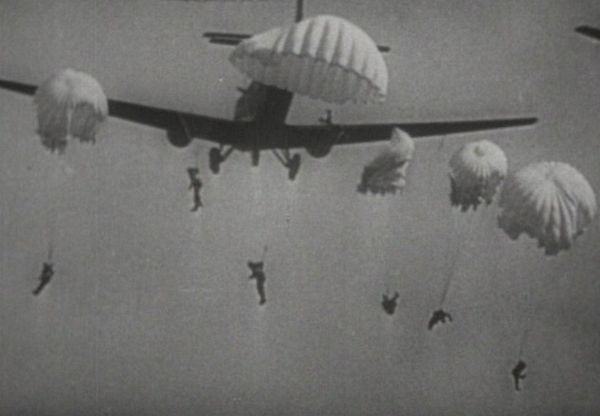 Les parachutistes allemands sautant sur les Pays-Bas.