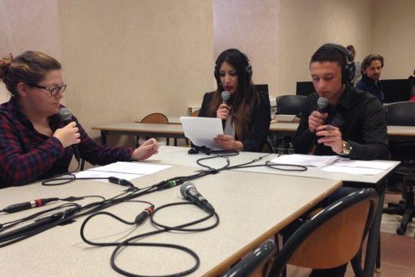 les étudiants du lycée Prieur d'Auxonne enregistre une émission de radio.