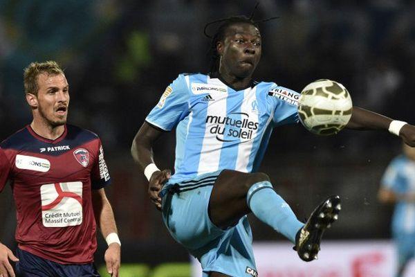 L'attaquant de l'Olympique de Marseille, Bafétimbi Gomis, auteur du 2e but de son équipe, et le défenseur clermontois Cyriaque Rivieyran.
