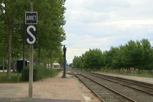 Les trains de voyageurs ne circulent plus depuis 35 ans. Des autocars assurent les liaisons. La fermeture du bureau de ventes des billets signerait la fin définitive de la gare d'Ambert, sous-préfecture de 7000 habitants.