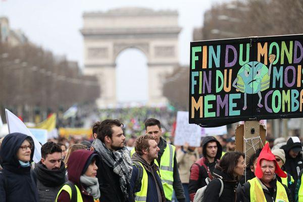 Des Gilets jaunes manifestent devant l'Arc de Triomphe à Paris le 9 mars 2019, lors de la 17e journée de manifestation.