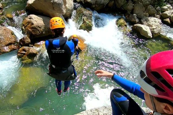 Entre mer et montagne, les rivières du département des Alpes-Maritimes sont propices au canyoning.