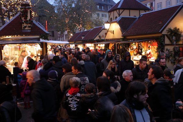 Avec son marché de Noël (ici en 2014), Colmar attire de nombreux touristes chaque année. La ville figure, avec Strasbourg, dans le top 20 des destinations préférées des Français pour passer la période de Noël.
