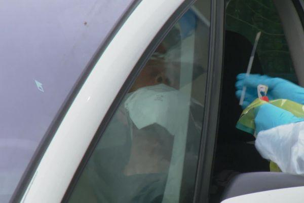 Un patient s'apprête a être testé, dans sa voiture, à Antibes.