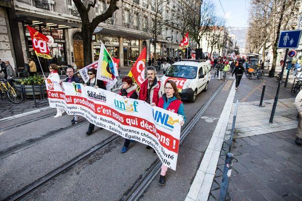 """Des manifestants à Grenoble pour """"la défense du service public et l'augmentation des salaires"""" en mars 2019 - Photo d'illustration"""