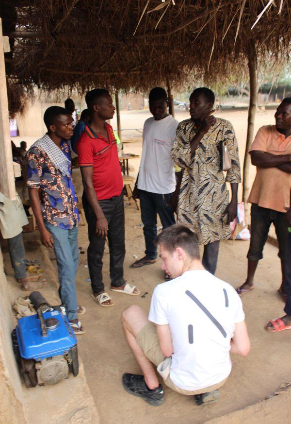 Les étudiants de l'UTT de Troyes travaillent avec la population du village de Kpékpéta.