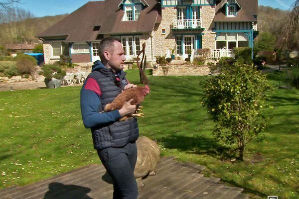 Giverny - Mars 2021- Le chef étoilé David Gallienne avec l'une des poules pondeuses de son poulailler du Jardin des Plumes