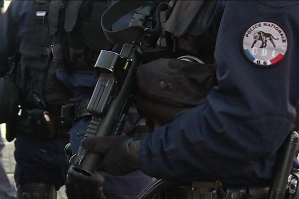 Les syndicats dénoncent les insultes et les menaces dont les policiers sont victimes sur les réseaux sociaux.