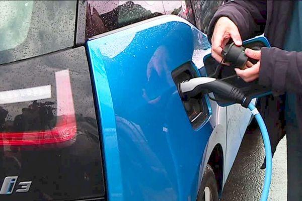 Les véhicules électriques ont leurs défenseurs qui veulent convaincre tous les automobilistes de leur fiabilité