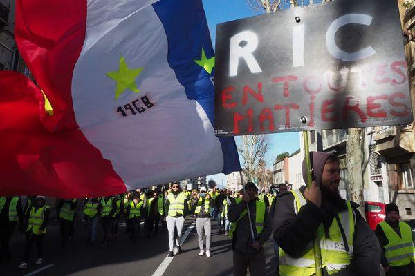 """Manifestation des """"Gilets Jaunes"""" pour le RIC (référendum d'initiative citoyenne) à Perpignan dans les Pyrénées-Orientales, le 5 janvier 2019."""