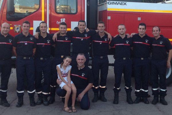Sarah, 10 ans, atteinte de dyspraxie, accompagnée par les pompiers héraultais qui participent au marathon de Paris