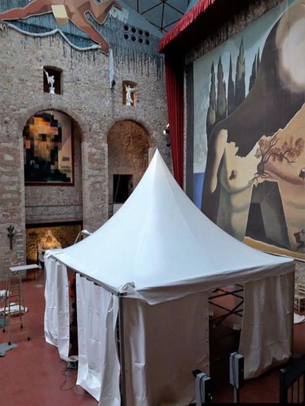 Chapiteau monté a l'intérieur du musée, à côté de la tombe de Dali. Cette structure a pu éviter les possibles photos prises par drone au dessus de la coupole en verre du musée.