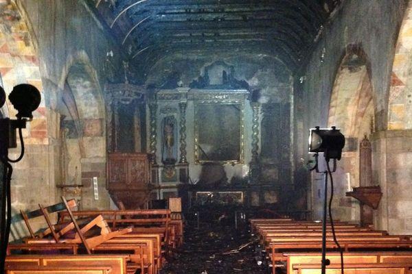 La toiture est partie en fumée et le sol est endommagé.