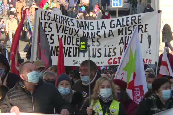 Près de 200 personnes ont manifesté dans les rues de Pau, ce samedi 16 janvier.